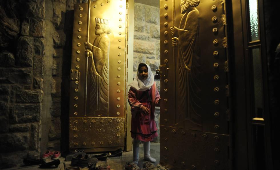 Una niña a las puertas del santuario de Chak Chak, en el actual Irán, lugar de peregrinación para los zoroástricos.