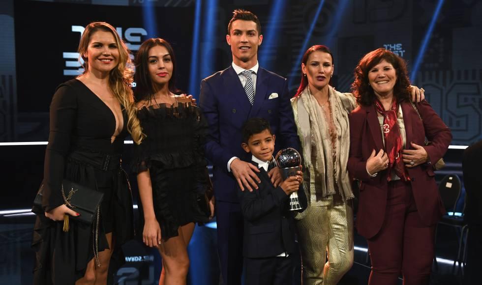 Cristiano Ronaldo con su novia Georgina Rodríguez, su madre Dolores Aveiro, su hijo mayor y dos de sus hermanas en Zurich en 2017.