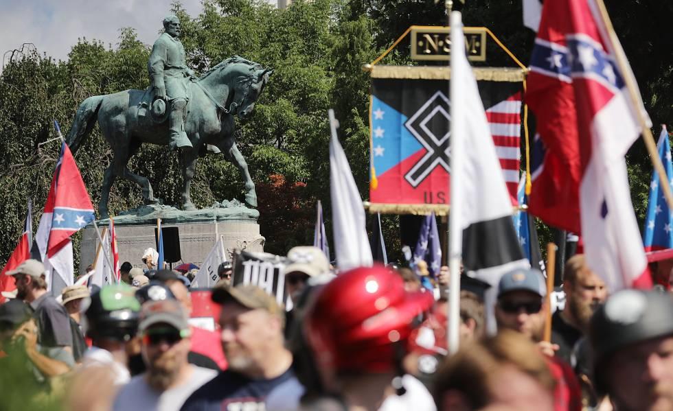 Manifestação de suprematistas brancos em 2017 em Charlottesville (Virgínia, EUA).