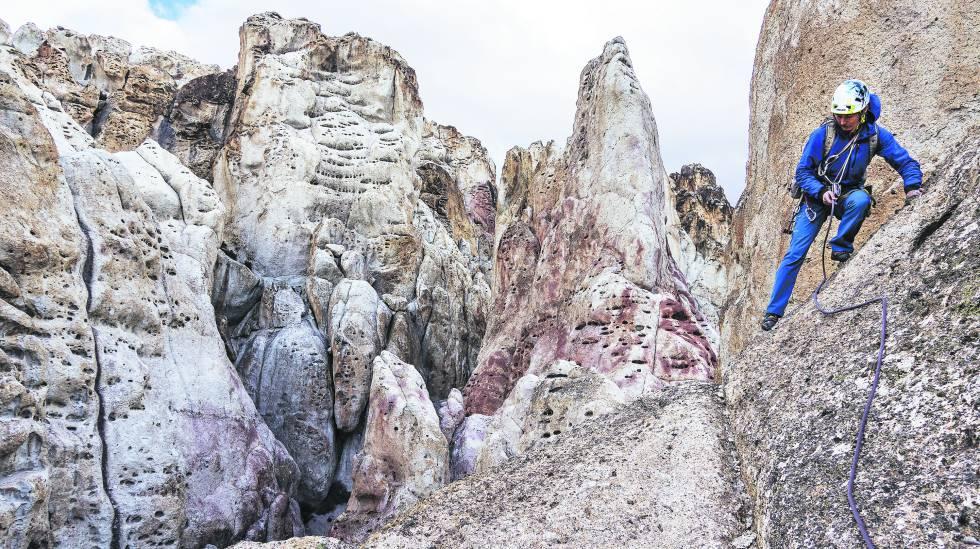 Un escalador en una de las agujas de roca cercanas al área del proyecto minero Los Domos, en la patagonia de Chile.