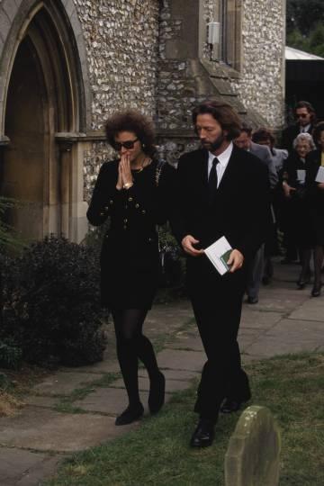 Lory del Santo y Eric Clapton en el funeral de su hijo Conor en la iglesia de Santa María Magdalena, ubicada en Surrey (pueblo de Clapton), en 1991.