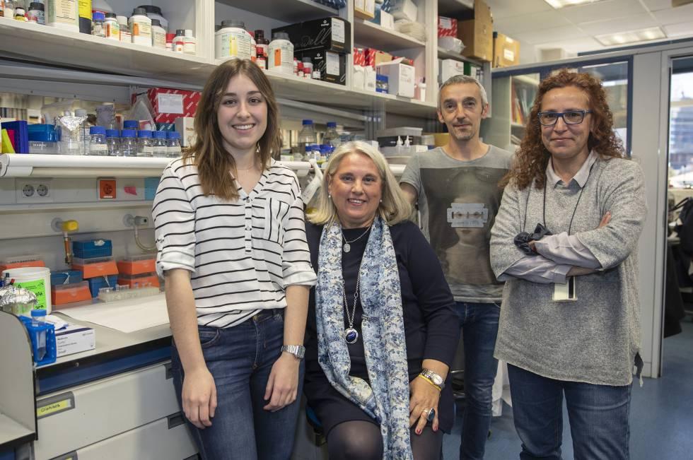 De izquierda a derecha, de pie, los investigadores Laura Remacha, Alberto Cascón y Mercedes Robledo. La segunda por la izquierda, Pilar García, madre de los pacientes.