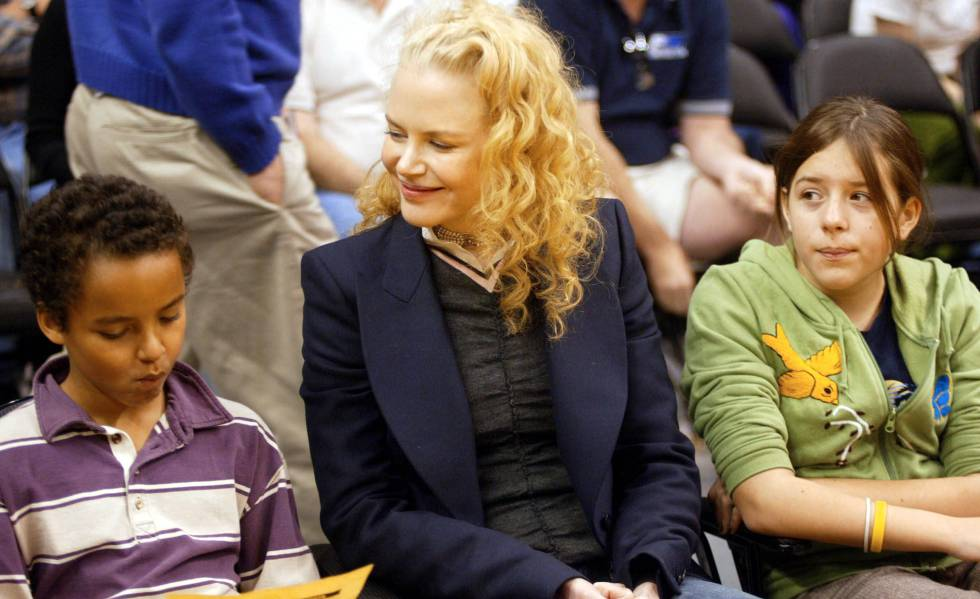 Nicole Kidman con Connor e Isabella en un partido de los Ángeles Lakers en 2004.