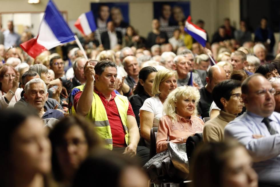 Simpatizantes de Marine Le Pen en un acto de Frente Nacional francés.