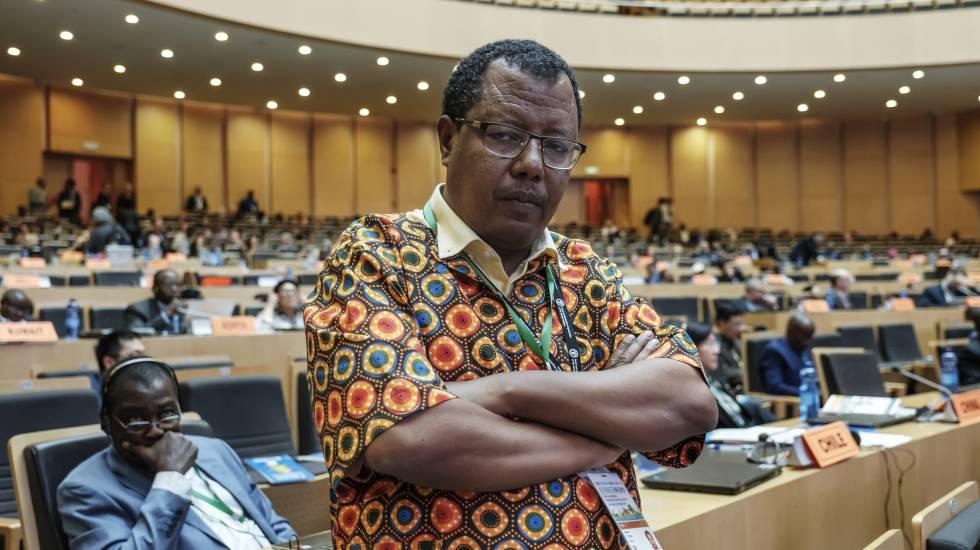 El profesor de Malawi, Melaku Tefera, en el edificio de la Unión Africana, en Addis Abeba.