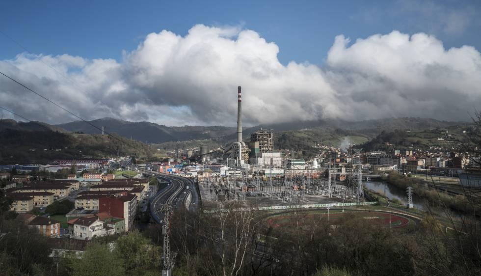 Vista de la zona industrial donde está la factoría de Bayer, en el municipio de Langreo