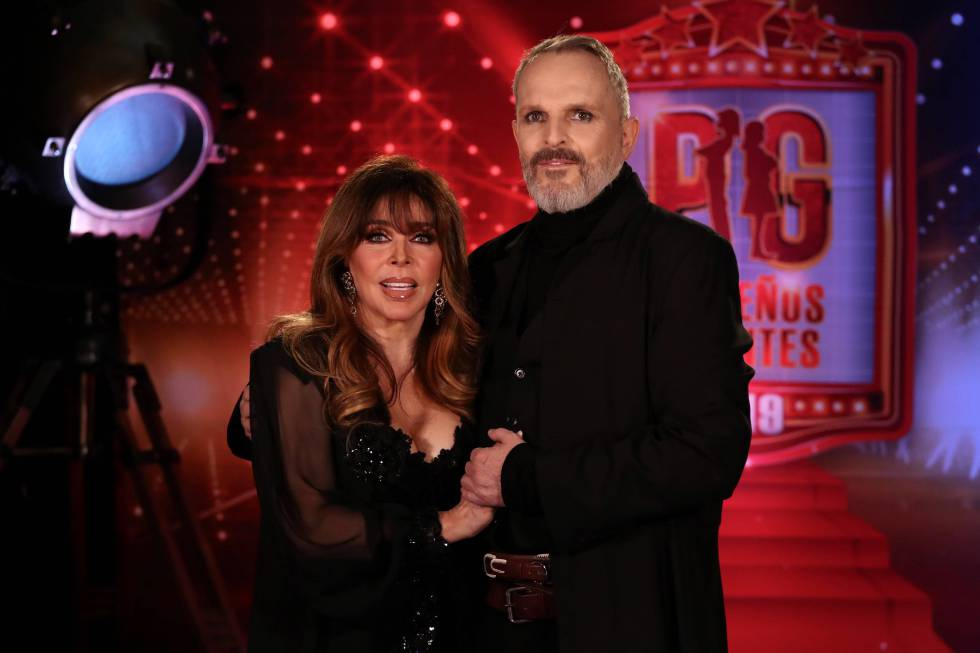 Miguel Bose, in an image of 'Pequeños Gigantes', together with Verónica Castro.