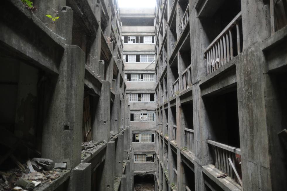 Os edifícios abandonados que ainda seguem de pé na ilha de Hashima.