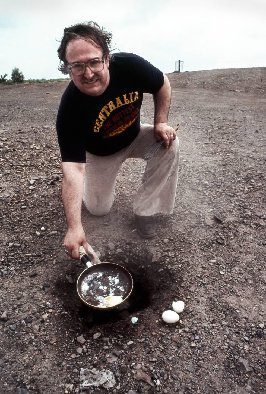 Nesta foto tirada em 1982, um morador de Centralia demonstra como um ovo pode ser frito com o calor intenso que sai do solo.