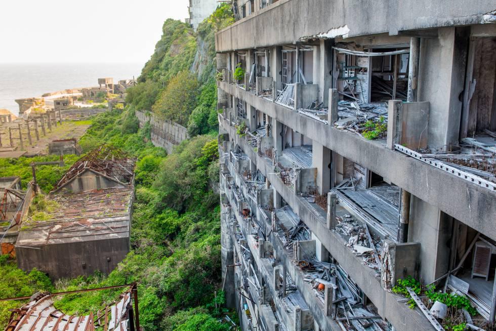 Visão geral de uma das partes da Ilha Hashima e seus edifícios de concreto característicos, tomada do local que já foi uma escola.