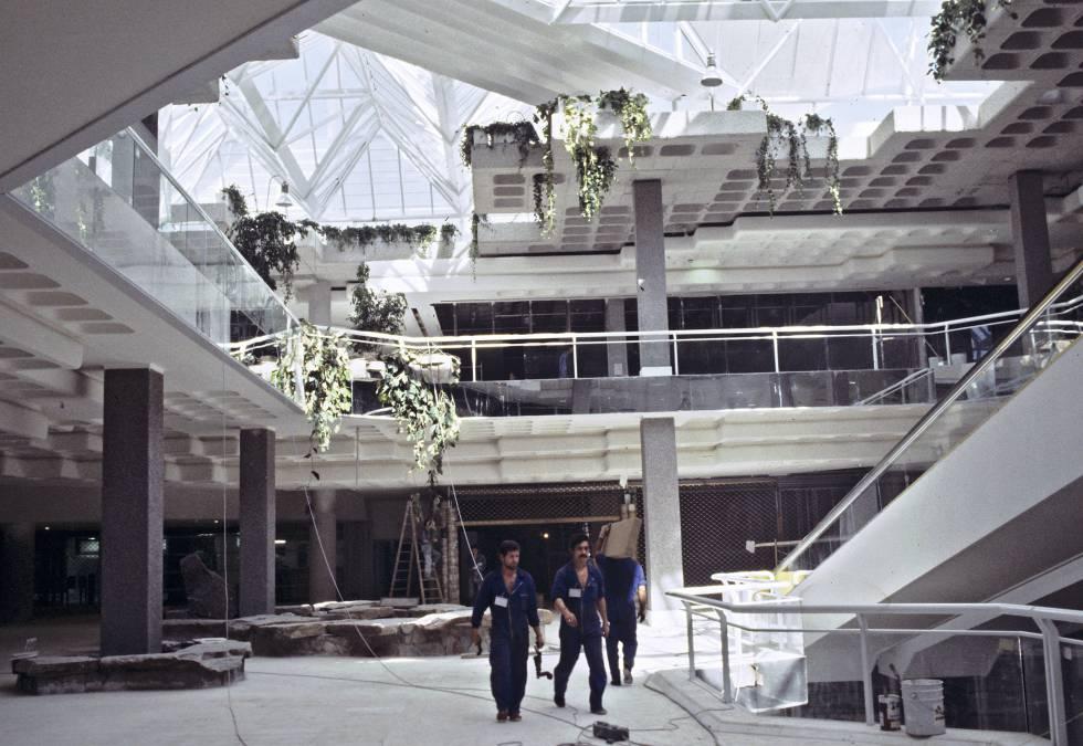 Obras en La Vaguada, Madrid, poco antes de que se inaugurara (1983). Hoy queda poco de las aportaciones a su diseño del artista canario César Manrique.