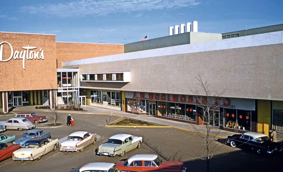 Southdale, el centro comercial estadounidense que en 1956 acuñó la tipología de centro comercial suburbano como espacio cerrado al exterior.