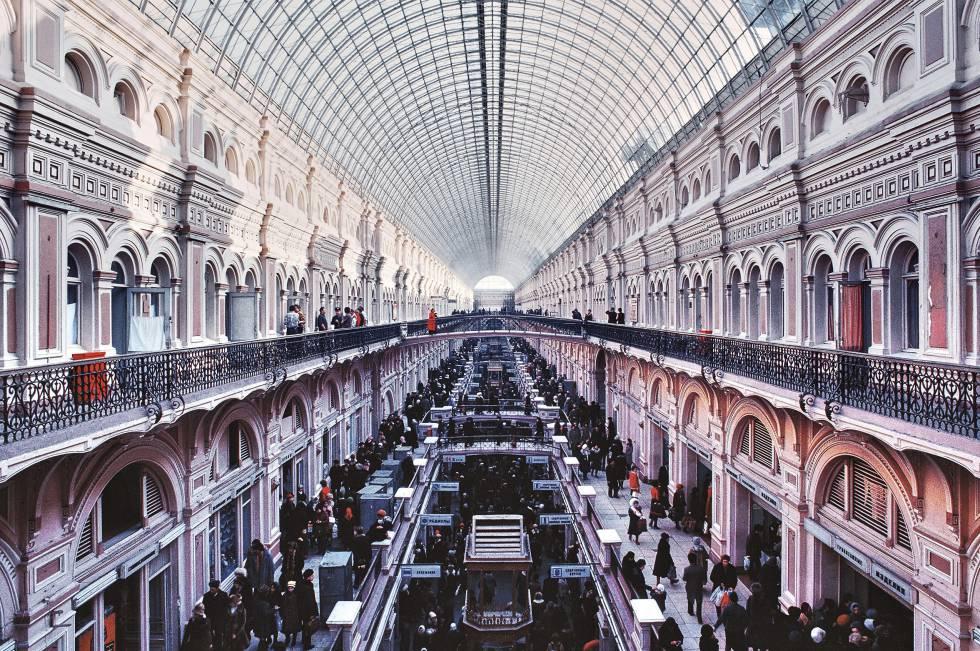 La galería GUM, en Moscú, es un ejemplo de los centros comerciales del siglo XIX. 16 manzanas separadas por carriles longitudinales y transversales.