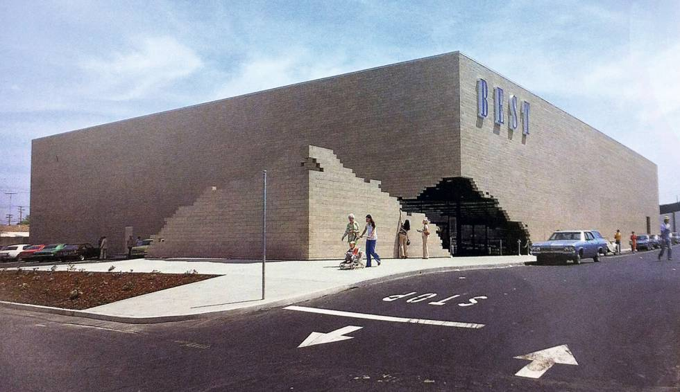 ¿Qué ocurre cuando la arquitectura posmoderna se mezcla con el gran consumo? Unos grandes almacenes como Best, en Miami (Florida), 1979.