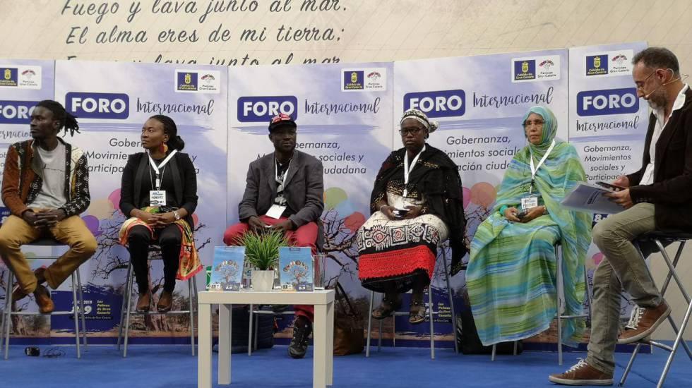 De izquierda a derecha; Mamadou Dia (Senegal), Nicole Ndongala (RDC), Nebon Babou Bassono (Burkina Faso), Fatouma Harber (Malí), Aminetou Ely (Mauritania) y el moderador José Naranjo, en Las Palmas de Gran Canaria.
