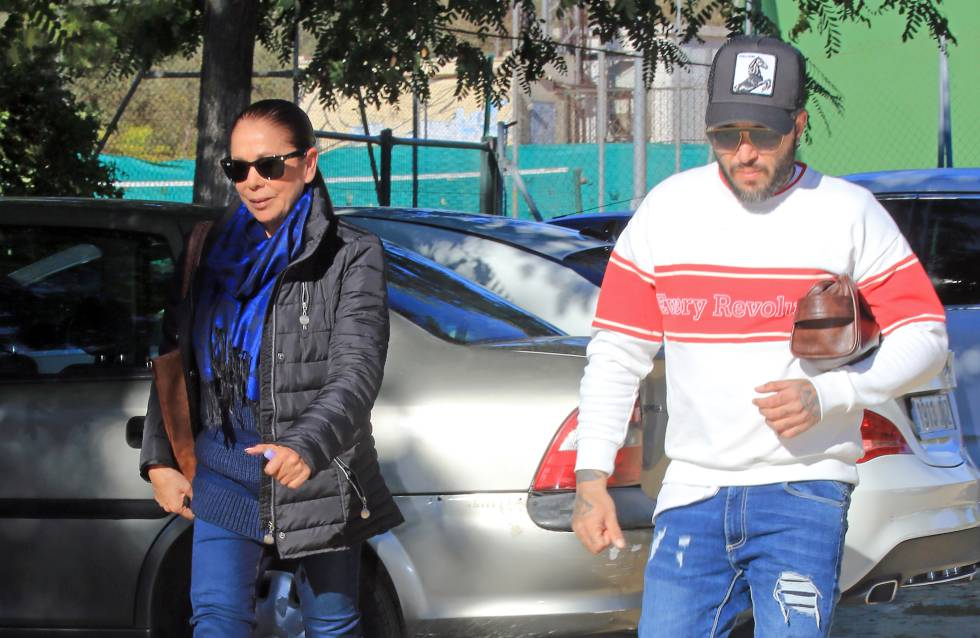 Isabel Pantoja y su hijo Kiko Rivera en Sevilla a principios de enero.