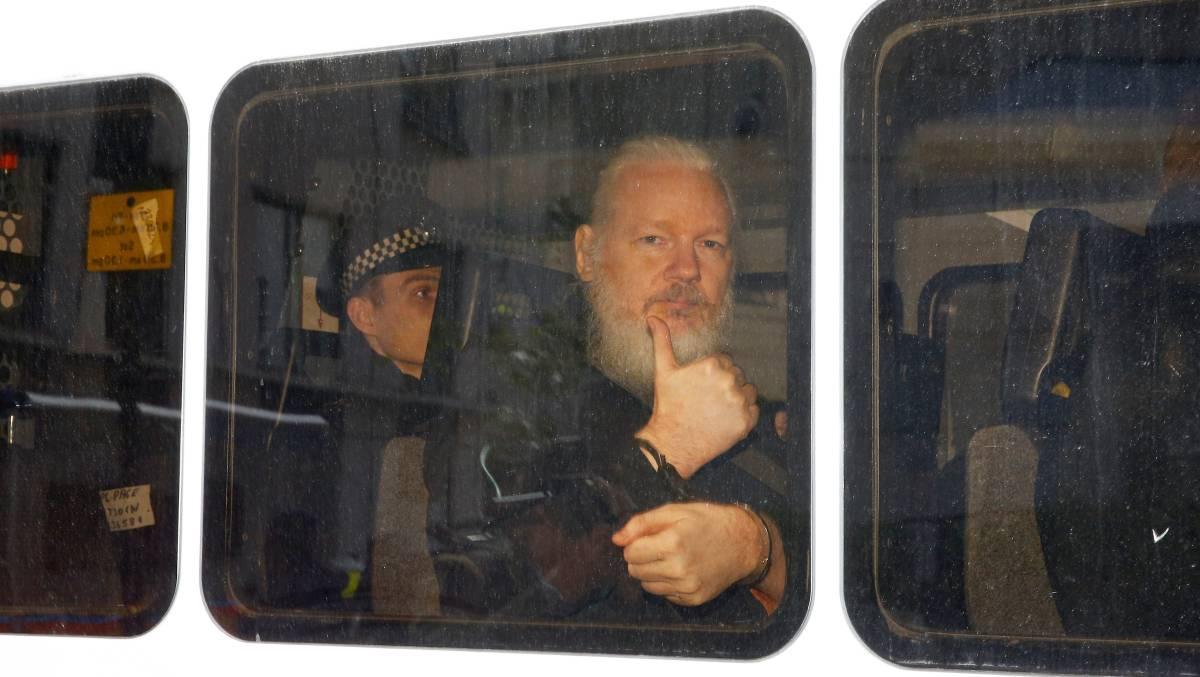 Assange es trasladado tras ser detenido en Londres.
