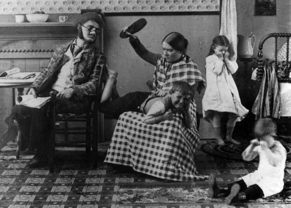 Una madre azota a su hijo en el año 1891.
