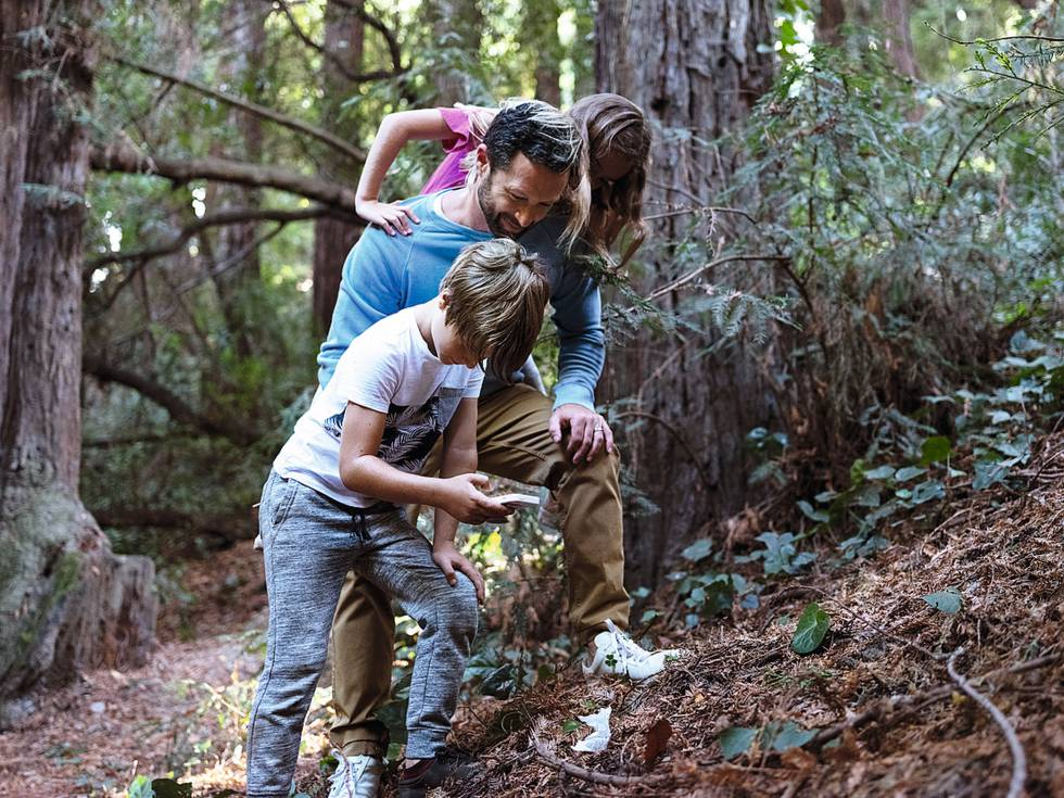 Kirschner con sus hijos localizando basura.