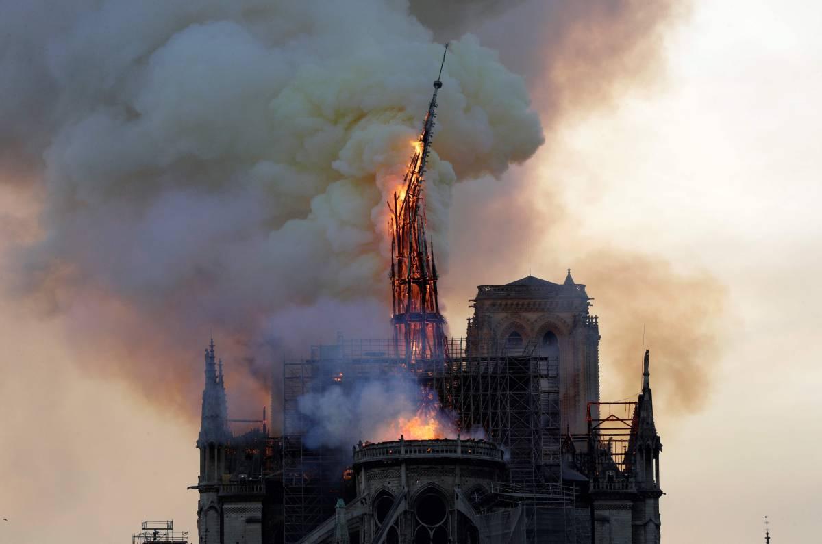 La aguja de la catedral de Notre Dame se derrumba.