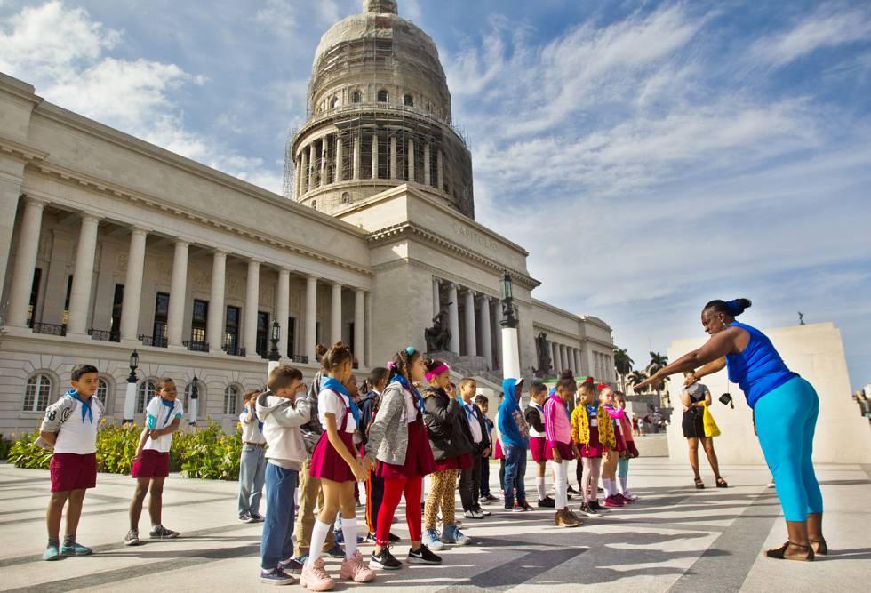 Unos pioneros (estudiantes de nivel de primaria) hacen educación física frente al Capitolio.