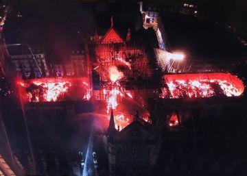 Dos tercios de la techumbre de la catedral de París se han quemado con el incendio