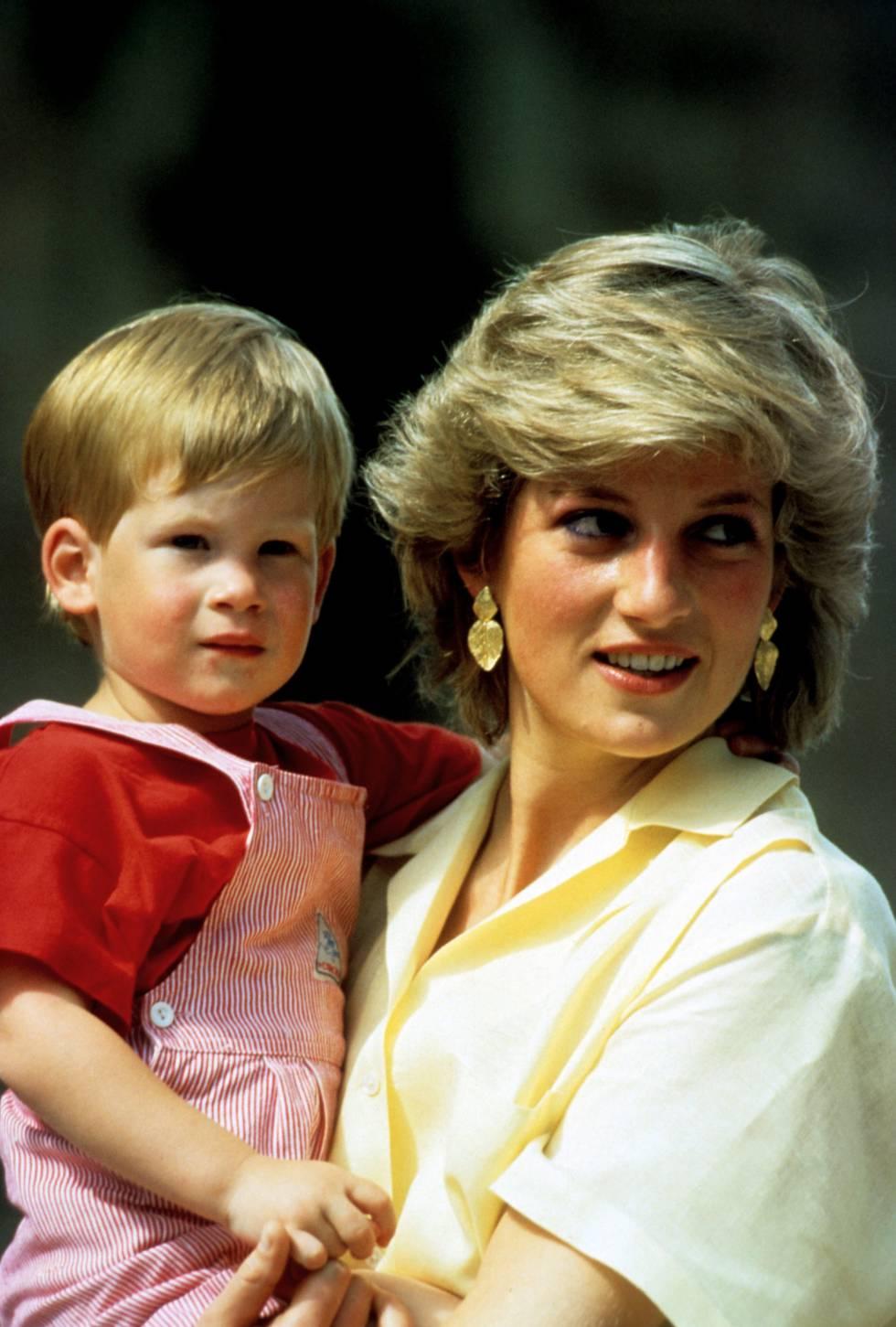 Diana, con su hijo pequeño, el príncipe Enrique, a mediados de los ochenta.