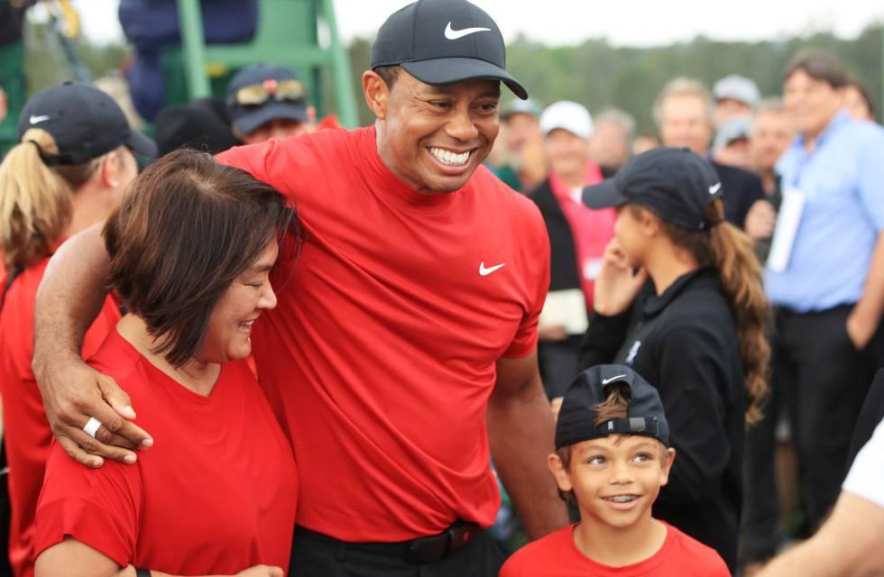 Tiger Woods abraza a su madre y a su hijo, Charlie Axel, tras ganar el Masters de Augusta el pasado día 14 .
