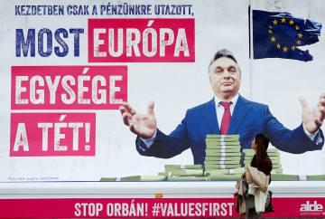 """Cartaz em Bruxelas com a mensagem: """"Primeiro quis nosso dinheiro, agora a unidade da Europa está em jogo"""""""