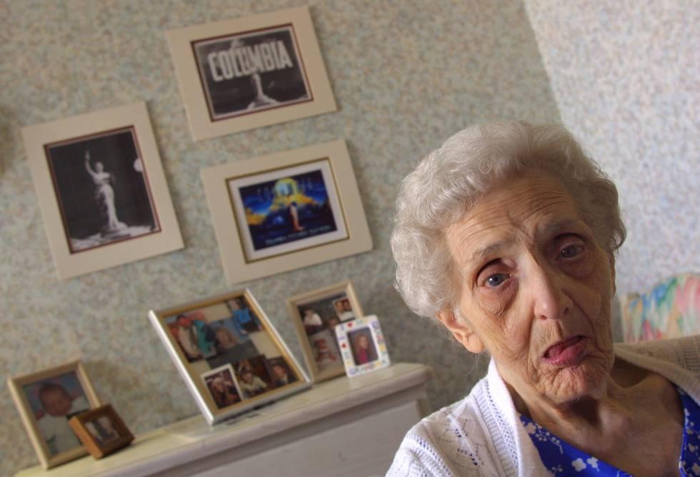 Jane Bartholomew, que afirmó ser una de las modelos en la que se inspiró el logo de Columbia Pictures, posa en la habitación de su residencia en 2001.