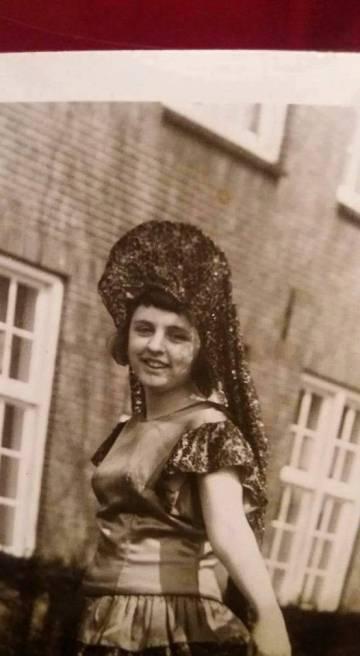 Arriba, Joke Vermeulen de joven. Abajo, ella misma en primer plano, junto a Anita Suuroverste.