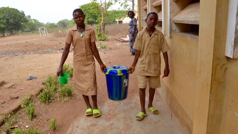 Suministro de agua limpia a las clases de la escuela de Tchatchegou.