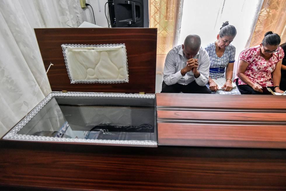 Los familiares de Cesar Alexis Blanco cuando ya llevaban nueve días velando su cuerpo en Cali (Colombia)