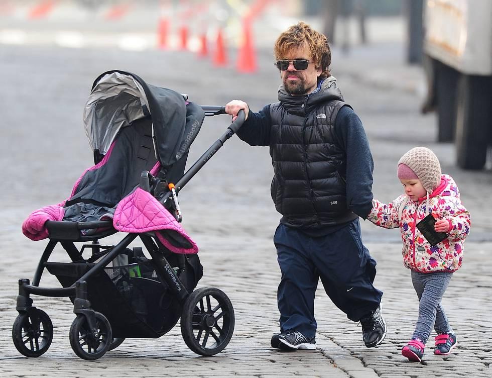 El actor paseando con su hija mayor (nunca ha desvelado su nombre aunque los medios se refieren a ella como Zelig) por los alrededores de su casa en 2014.