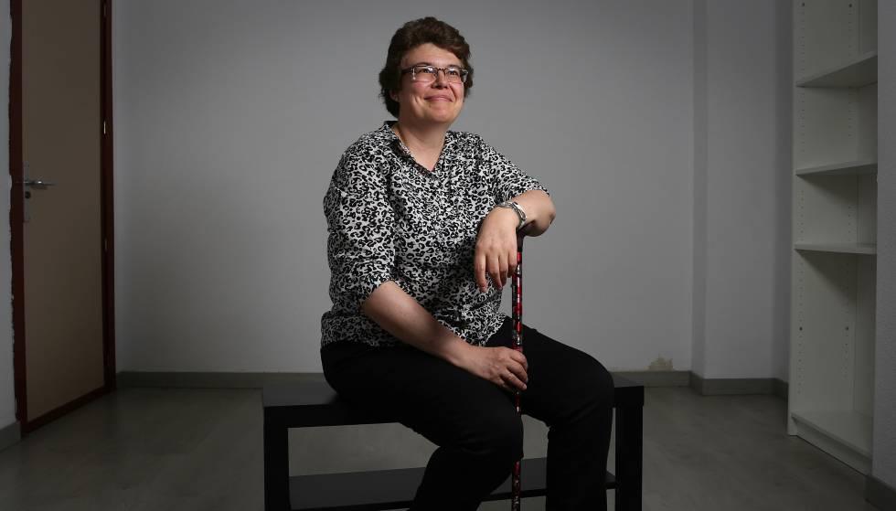Sara Medrano, tesorera de la asociación de pacientes de fibromialgia y fatiga crónica Afinsyfacro, ayer en la sede de la entidad.