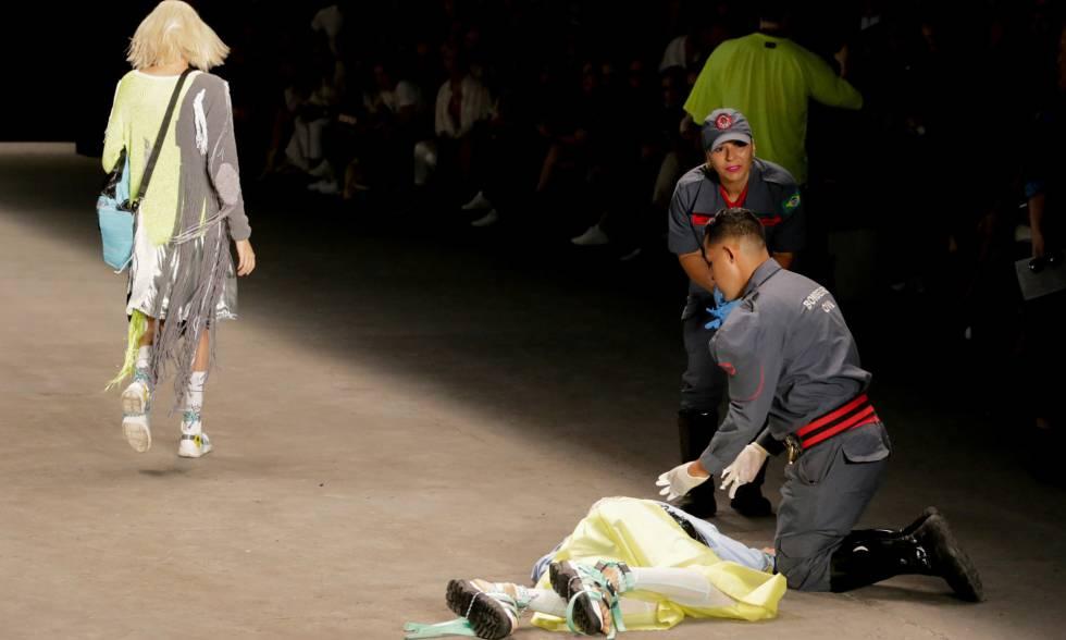 El modelo Tales Cotta atendido sobre la pasarela en la Semana de la Moda de Sao Paulo, el pasado sábado.