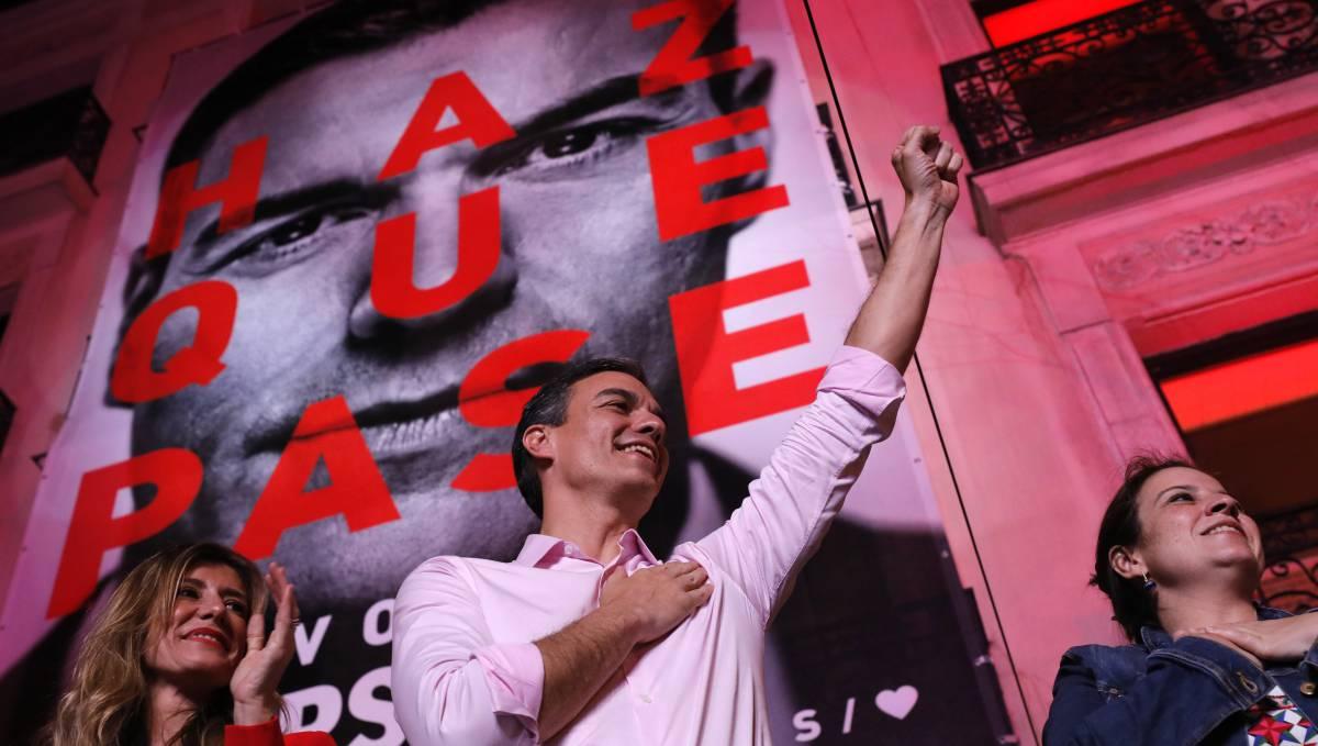 Pedro Sánchez celebra los resultados electorales este domingo.