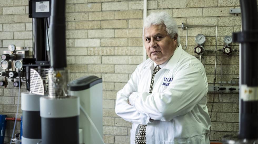 Rafael Navarro, en su laboratorio de la UNAM.