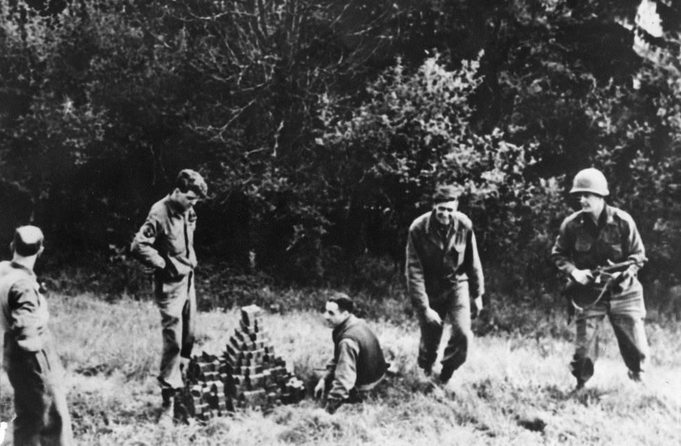 Membros da missão secreta Alsos localizaram 659 dos 664 cubos de urânio do experimento de Heisenberg enterrados em um campo próximo a Haigerloch.