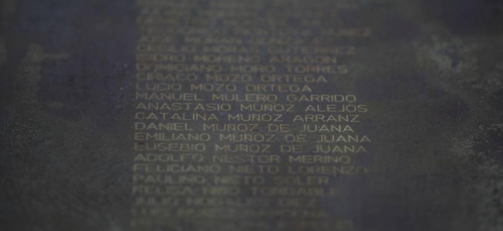 Placa con el normbre de Catalina Muñoz entre otras víctimas de la represión franquista en el parque de La Carcavilla (Palencia).
