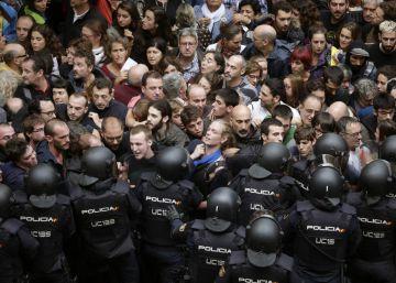 Antidisturbios de la Policía Nacional forman un cordón de seguridad en los alrededores del colegio Ramón Llull de Barcelona el pasado 1 de octubre. rn