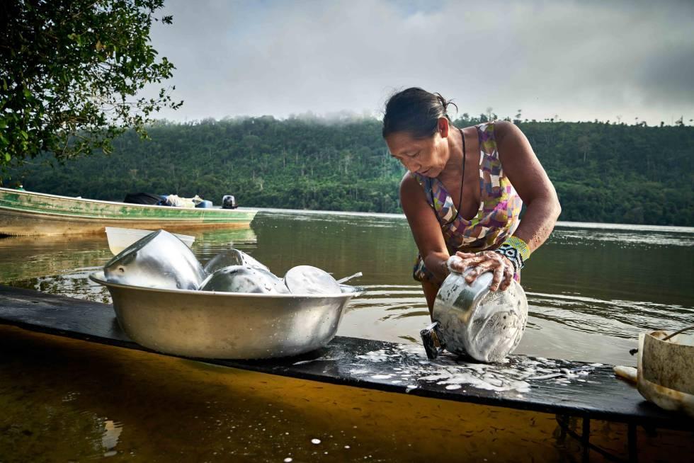 Una mujer indígena Rikbaktsa limpiando una olla a orillas del río Arinos, al norte de Mato Grosso.