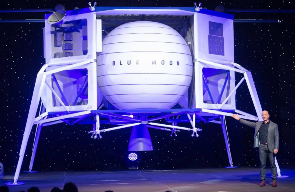 Jeff Bezos, junto a la maqueta de su nave Blue Moon.