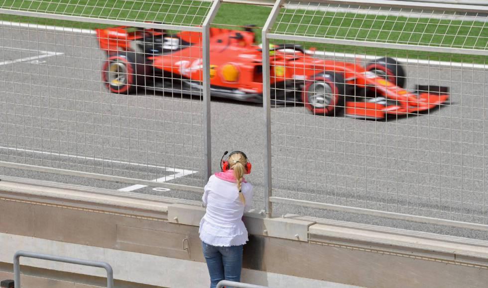 Corinna Schumacher, de espaldas, observa el paso de su hijo Mick Schumacher pilotando un Ferrari, en Baréin, en abril.