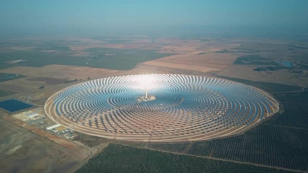 Planta solar de concentración cerca de Sevilla, España. Los espejos enfocan la energía del sol hacia la torre del centro.