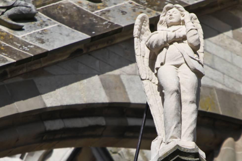 En la restauración de la catedral católica de San Juan Evangelista en Hertogenbosch (Holanda), del siglo XIII, el artista holandés Ton Mooy incluyó en 2012 la estatua de un ángel hablando por el móvil.