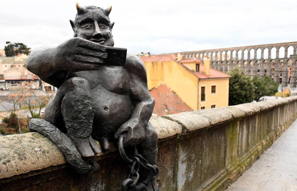 Escultura del diablo instalada frente al acueducto de Segovia.