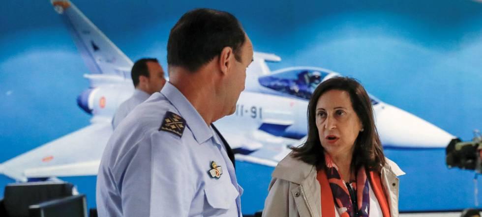 وزيرة الدفاع بالنيابة مارغريتا روبليس في قاعدة مورون الجوية في إشبيلية الأسبوع الماضي.