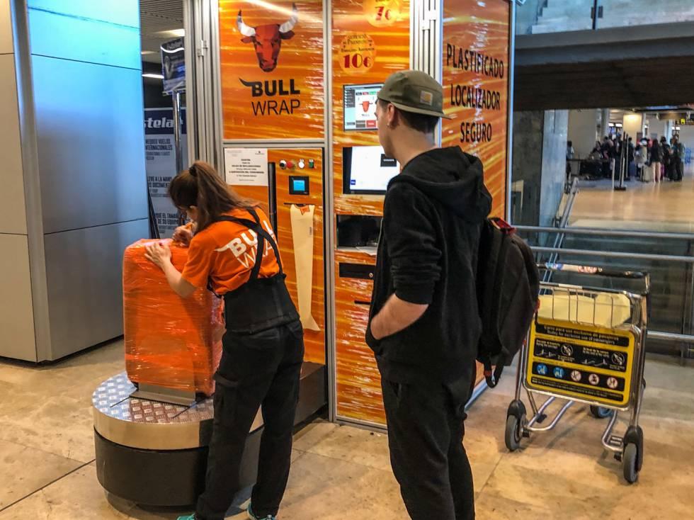 Plastificado de maletas en el aeropuerto de Barajas, terminal 2.
