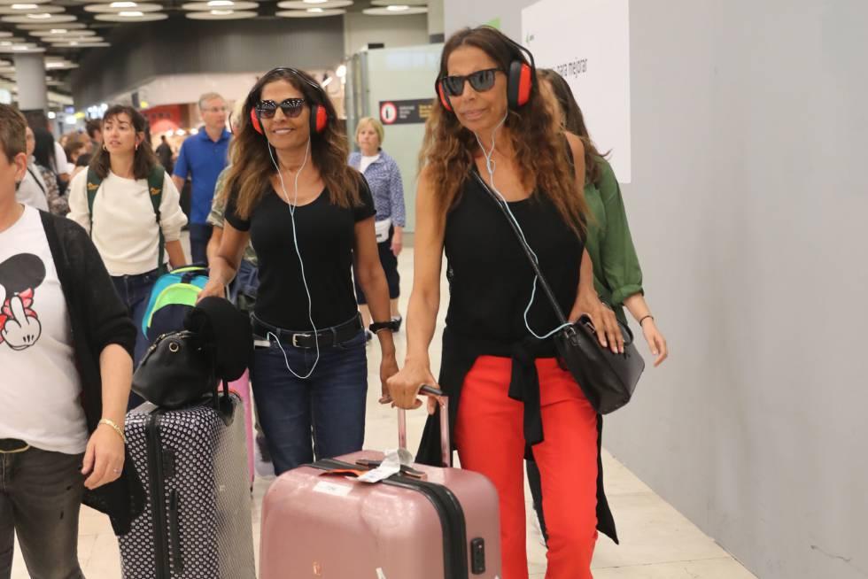Encarna y Toñi Salazar del grupo Azúcar Moreno, en el aeropuerto de Madrid